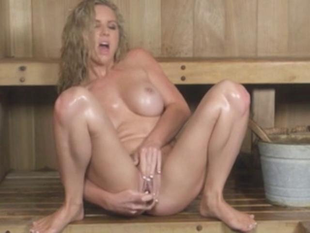 Грудастая онанистка дрочит в сауне порно фото бесплатно