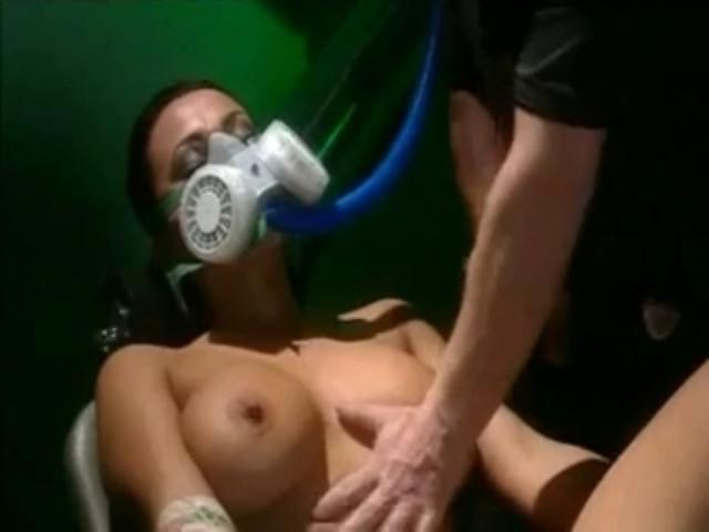 pokazat-video-seks-v-protivogazah-foto-vitekayushey-spermi-iz-vlagalisha-i-anala