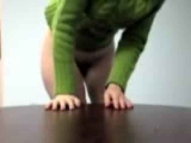 Секретарша в зеленом свитере стоит раком порно, вылизывает мохнатую пизду